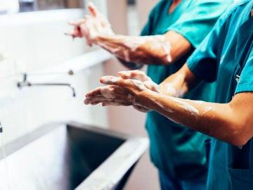 Médico lavándose las manos