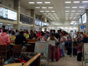Imagen del centenar de pasajeros que se han quedado en tierra en Malta