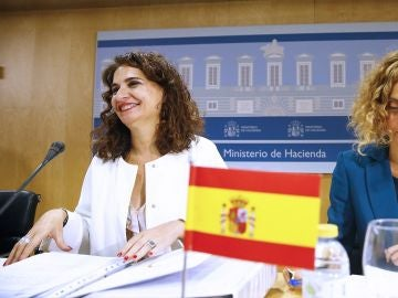 La ministra de Hacienda, María Jesús Montero, junto a la ministra de Política Territorial, Meritxell Batet