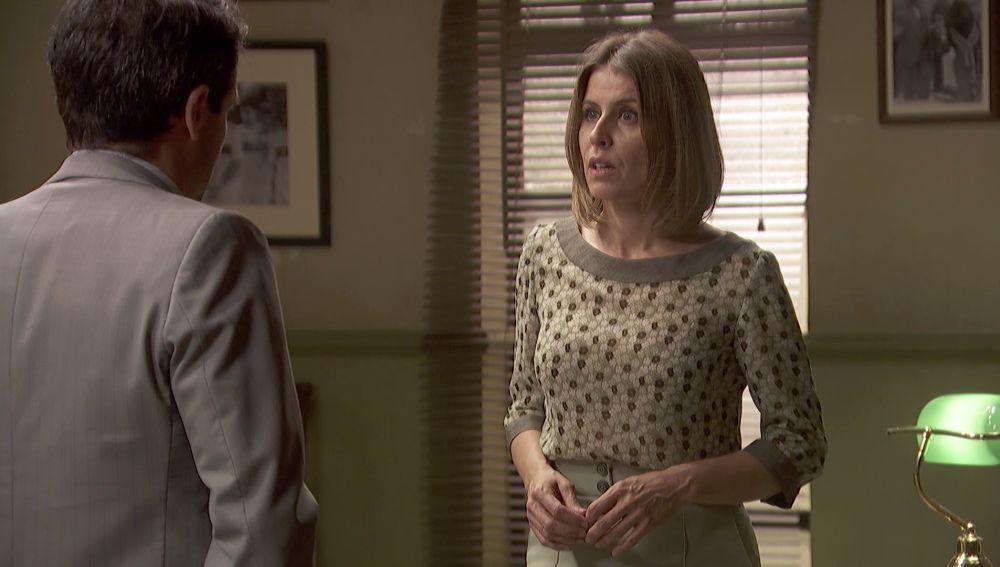 Severo y Carmelo cuentan a Adela sus sospechas sobre los sobres anónimos
