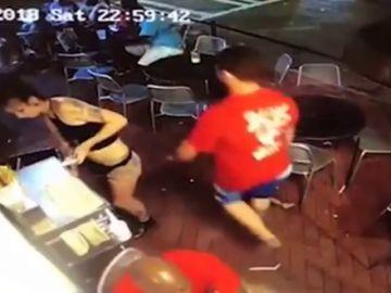 Una camarera 'tumba' a un cliente que le tocó el trasero mientras trabajaba