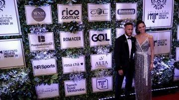 Neymar con su pareja en un acto benéfico