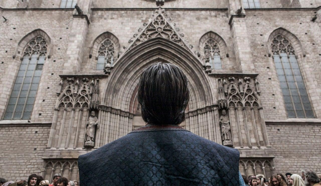 La emotiva entrada de Arnau en el templo de su madre, narrada por Aitor Luna