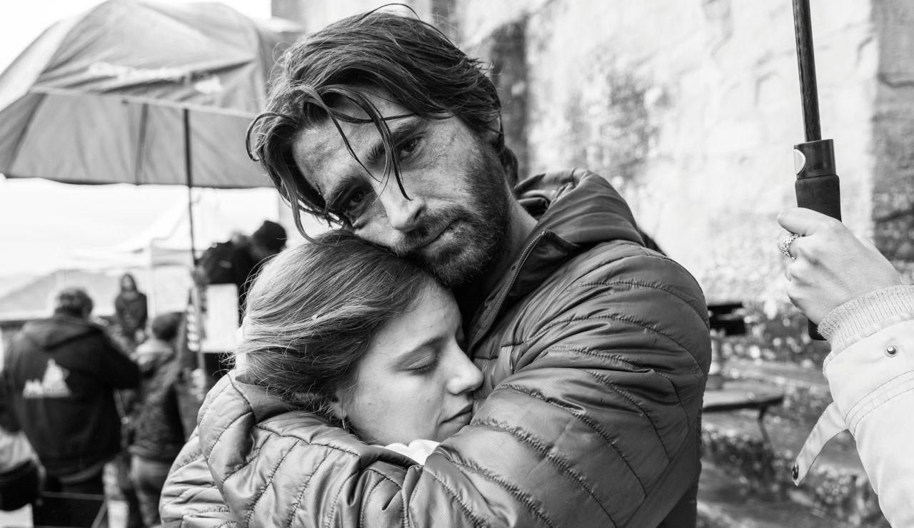 Michelle Jenner y Aitor Luna abrazados