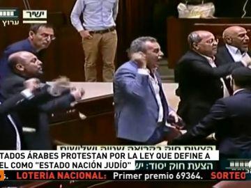 Diputados árabes en Israel son expulsados del Parlamento durante el pleno que ha aprobado la controvertida ley 'Estado-Nación'