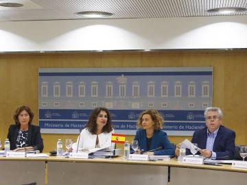La ministra de Hacienda, María Jesús Montero (c), junto a la ministra de Política Territorial, Meritxell Batet, durante el Consejo de Política Fiscal y Financiera