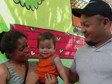 Un bebé hondureño no reconoce a sus padres tras estar separado de ellos durante meses por la política migratoria de Trump