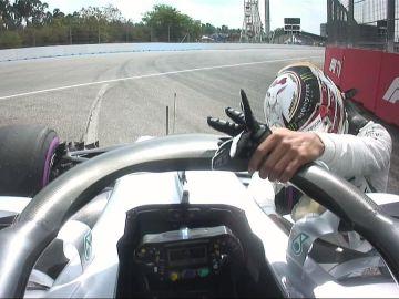 Hamilton, 'rendido' en su Mercedes