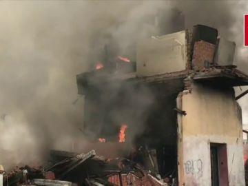 Un incendio en la Cañada Real de Madrid deja varios evacuados y un herido leve