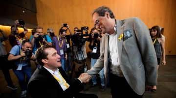 David Bonvehí (i), felicitado por el presidente de la Generalitat de Cataluña, Quim Torra