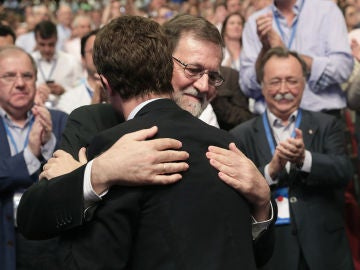 Mariano Rajoy abraza a Pablo Casado