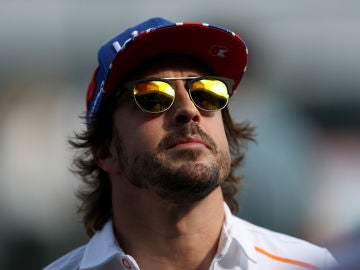 Fernando Alonso mira al cielo