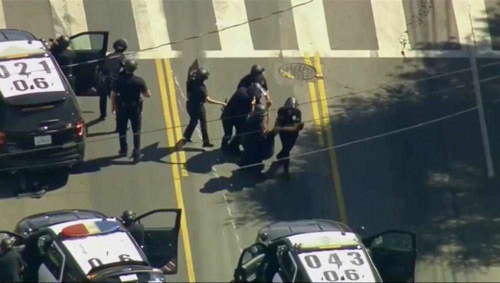 Muere una mujer en la toma de rehenes en un supermercado de Los Ángeles, el atacante ha sido detenido