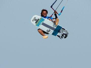 Imagen de un windsurfista