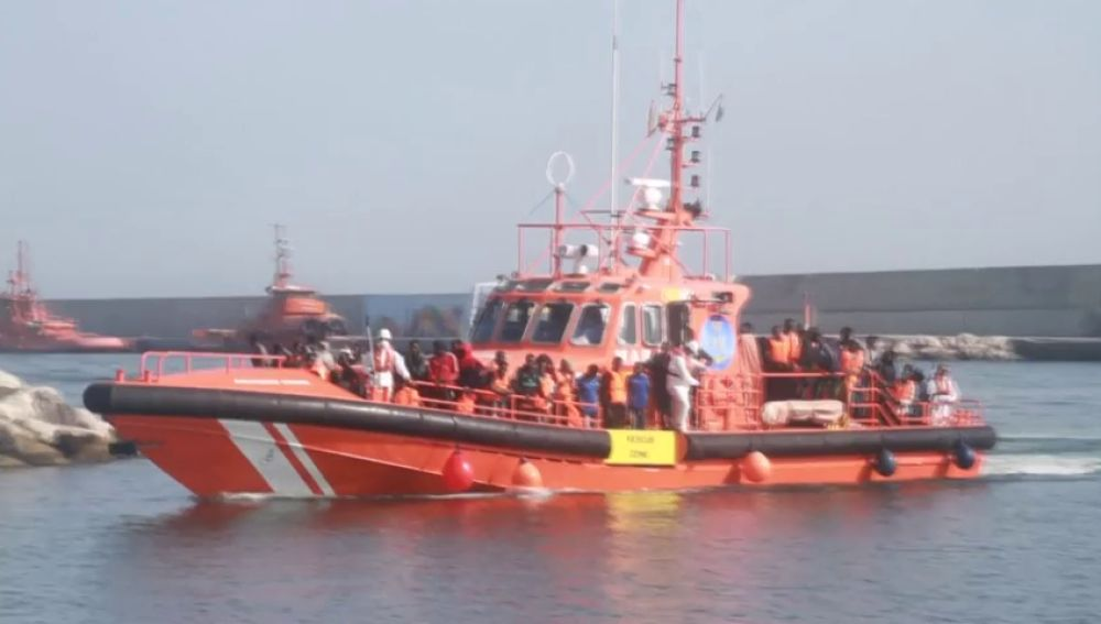 Trasladan a Motril a 97 personas rescatadas de dos pateras en el mar de Alborán