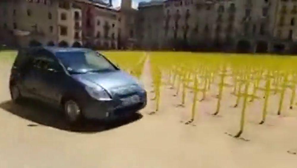 El momento en el que un coche embiste las cruces de la plaza de Vic