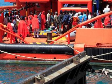 Imagen del rescate de inmigrantes en aguas del Estrecho