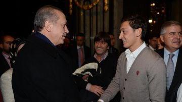 Özil con el primer ministro tuco Erdogan