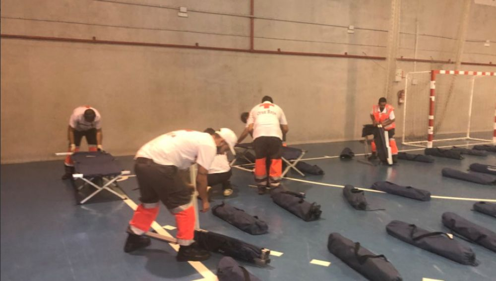 Imagen de voluntarios de Cruz Roja trabajando en el polideporivo