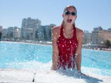 Mujer saliendo de piscina