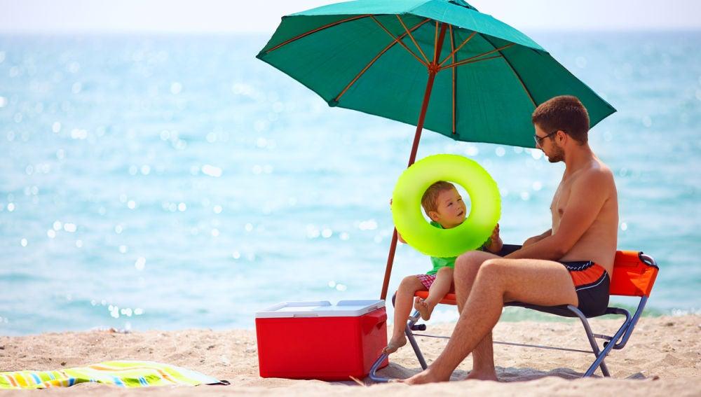 Padre e hijo en playa