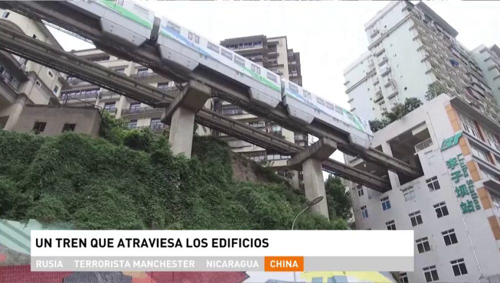 Construyen un tren en China que atraviesa un edificio