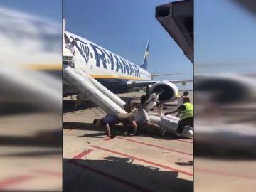 Desalojan un avión del Prat al incendiarse un dispositivo móvil de un viajero