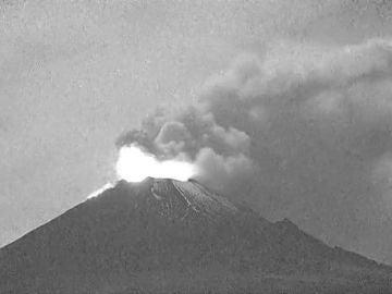 Una explosión en el volcán Popocatépetl deja una gran fumarola