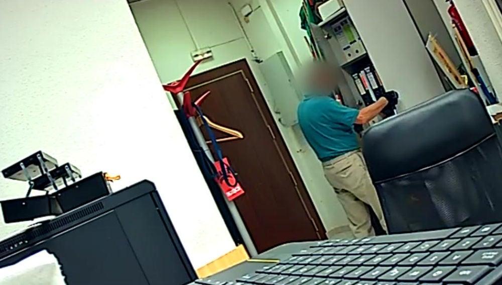 Imagen de las cámaras de seguridad de una oficina con uno de los jubilados robando