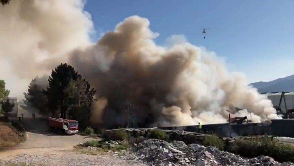 Declarado un incendio en el polígono industrial de  O Porriño en Pontevedra