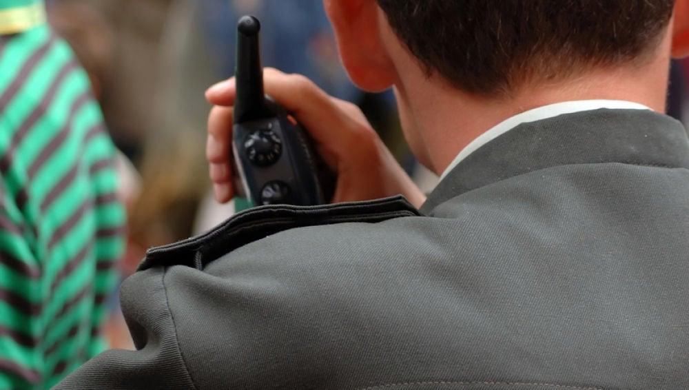 Imagen de un agente hablando por su radio