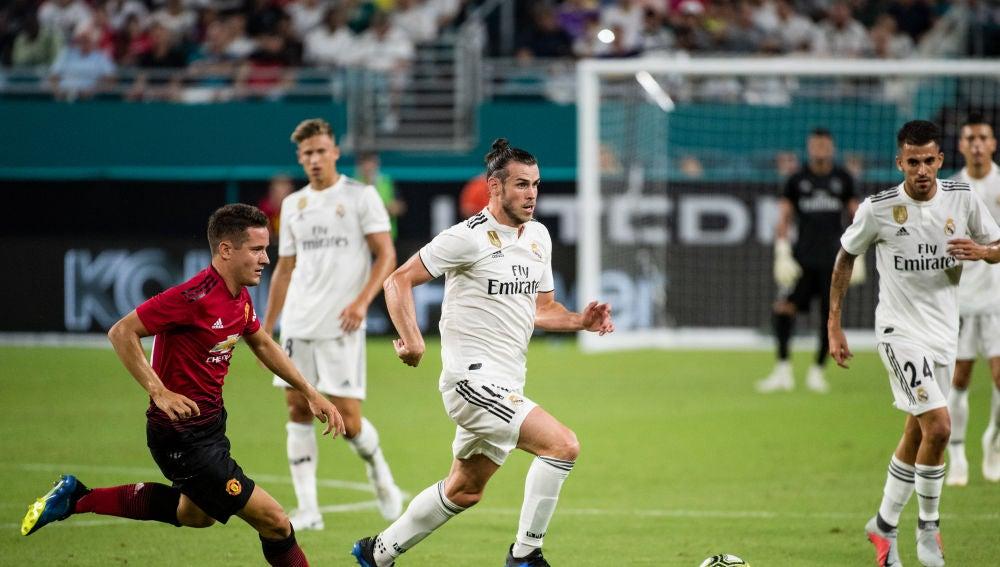 Gareth Bale conduce el balón ante el Manchester United