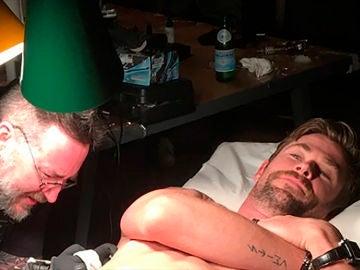 Chris Hemsworth tatuándose