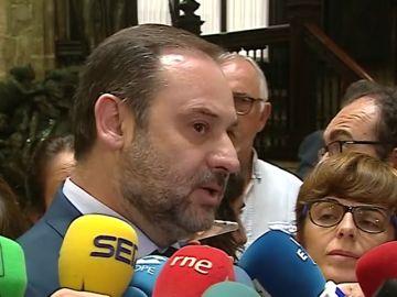 """Un centenar de taxistas recibe a José Luis Ábalos al grito de """"ni un paso atrás"""""""