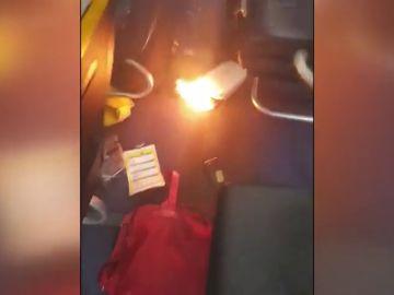 Así fue el momento en el que un móvil comenzó a arder en un avión en Barcelona obligando a evacuar a los pasajeros