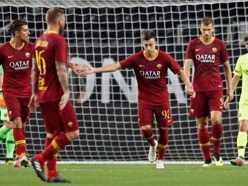 Los jugadores de la Roma celebran el gol ante el Barça