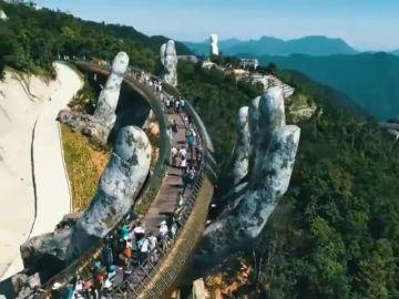 Un puente de oro y sostenido por dos manos gigantes, es la nueva atracción turistica en Vietnam