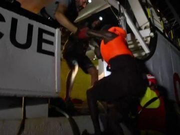 Open Arms recató anoche a más de 80 inmigrantes a la deriva