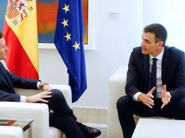 El presidente del Gobierno, Pedro Sánchez, con el presidente del PP, Pablo Casado.