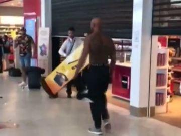 Pelea entre dos conocidos raperos en el aeropuerto de Orly, en Francia