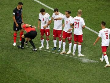 Un colegiado pinta una línea con el 'spray' durante el Mundial