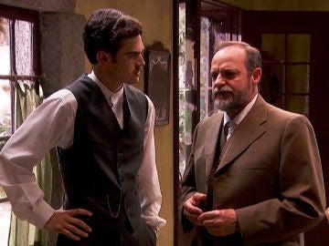 Matías, a escondidas, le entrega a Raimundo una carta de sus padres
