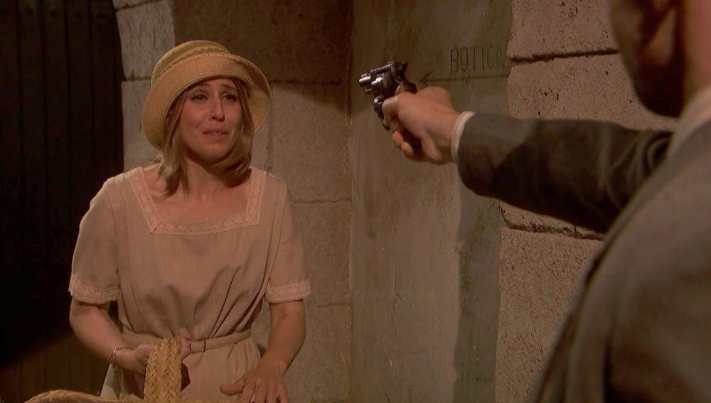Apuntan con una pistola a Adela
