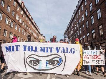 """Protestas en Dinamarca con una pancarta en la que se lee """"Mi ropa mi decisión"""""""