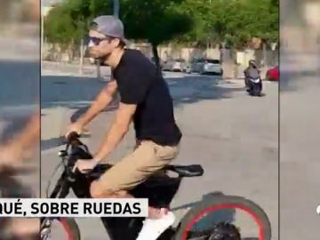 Piqué acudió al entrenamiento del Barcelona en bicicleta