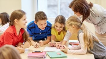Grupo de niños en clase junto a su profesora