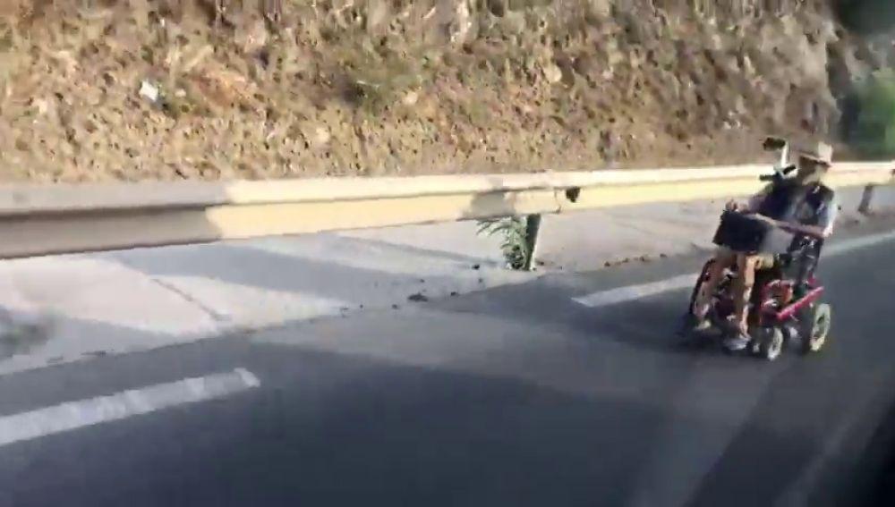 Detienen a un hombre que circulaba por la autovía en un silla de ruedas