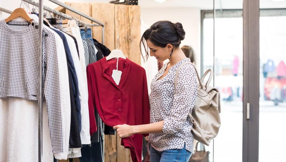 Una mujer en una tienda de ropa