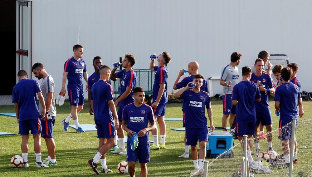 El Atlético realiza su última sesión por grupos antes de partir a los Alpes
