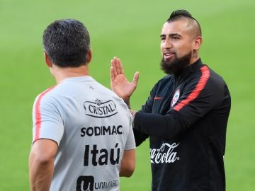 El centrocampista chileno Arturo Vidal asiste a una sesión de entrenamientos.